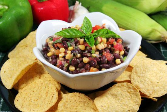 Салат с красной фасолью, кукурузой и сыром