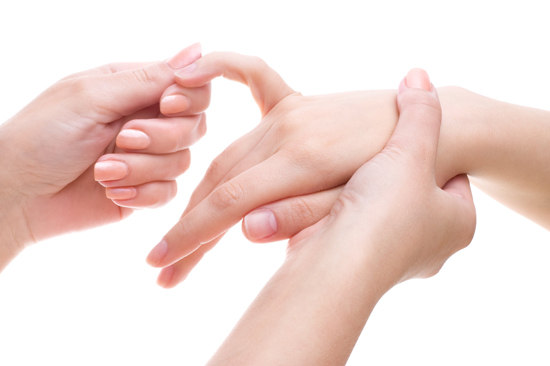 Делайте массаж рук.