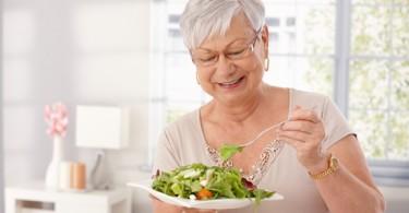 Насколько эффективны в пожилом возрасте витамины в продуктах?