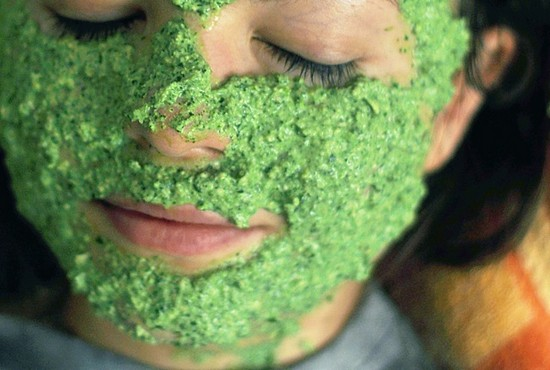 Как сделать маску для лица из петрушки?