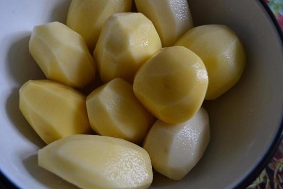 Очистим картофель от кожуры