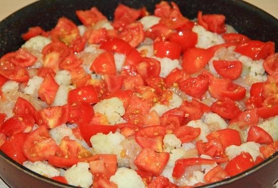 выкладываем измельченные томаты