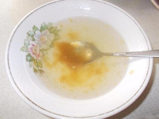 Выкладываем желатин в пиалу