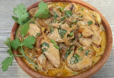 Приготовьте курицу в сметане на сковороде