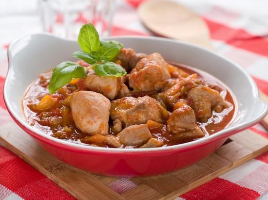 Тушеная курица в сметане на сковороде