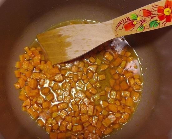 Пассеруем морковь до золотистого цвета