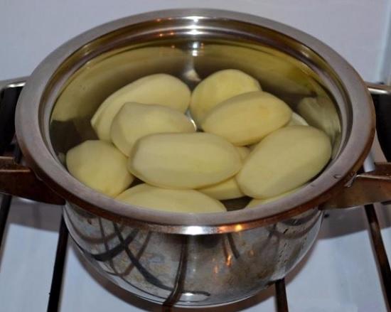 Картофелины чистим и отвариваем