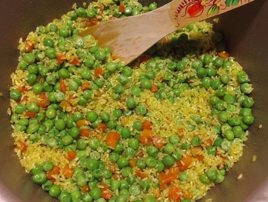 добавляем зеленый горошек, перемешиваем