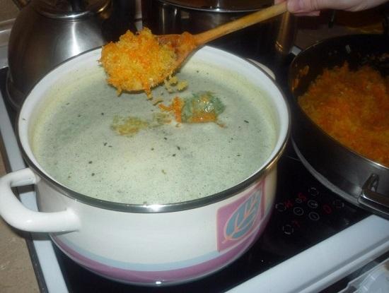 Добавляем в суп пассерованные овощи