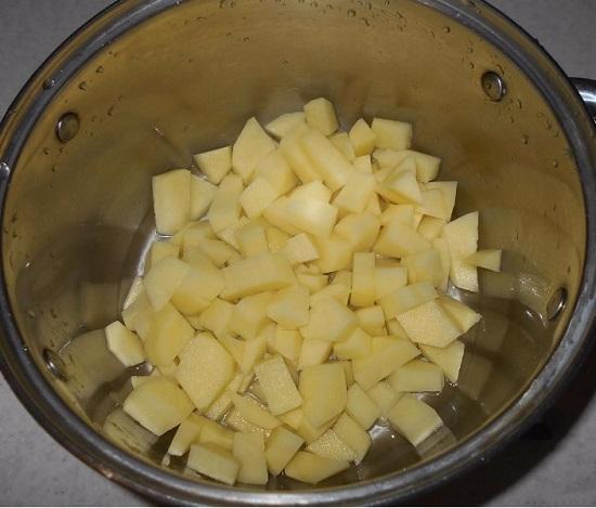 Выкладываем картофель в толстостенную кастрюлю