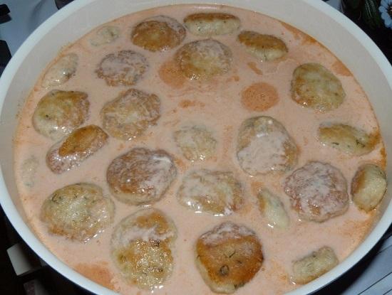 Заливаем фрикадельки приготовленным соусом