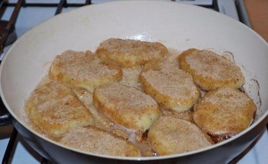 Обжариваем картофельные котлетки на масле оливы