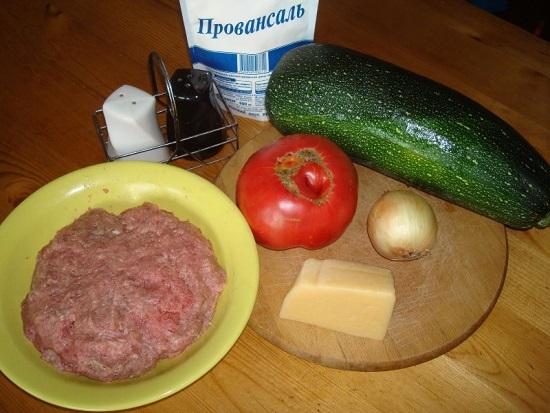 свежие томаты и кабачок тщательно промоем