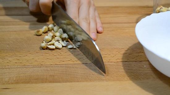 Очищаем орехи от шелухи и измельчаем