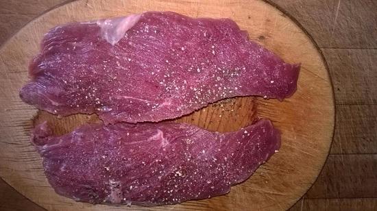 отобьем мясо и приправим его солью