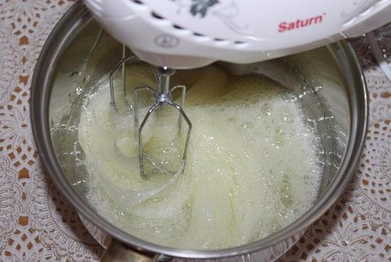 Выкладываем белковую массу в глубокую посуду