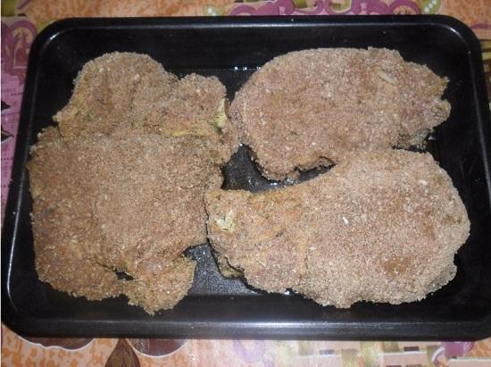 Каждый кусок мяса обваливаем в сухарях