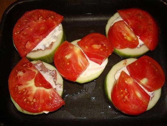 Сверху выкладываем дольки помидоров
