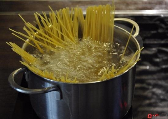 добавляем соль и выкладываем спагетти