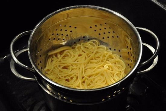Выкладываем отварные спагетти в дуршлаг