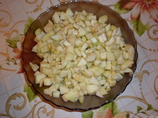 Режем яблоки маленькими кубиками