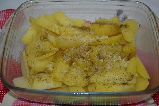 солим и приправляем специями картофель