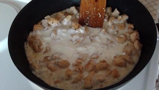 Заливаем кусочки куриного филе приготовленным сметанным соусом