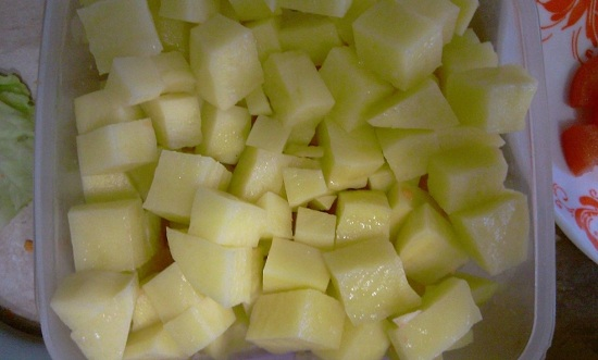 Очистим картофельные клубни, промоем их проточной водой и нарежем