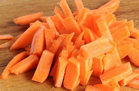 Средними брусочками нарежем морковь