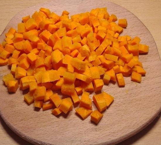Морковь очистим от кожуры, промоем и нарежем