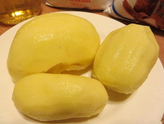 Очищаем картофельные клубни от кожуры