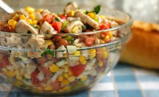 салат с грибами и курицей, и кукурузой