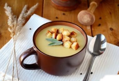 Суп-пюре картофельный с гренками, курицей и грибами
