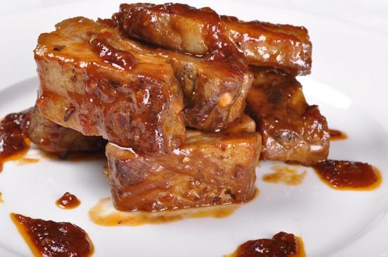 мясо с соевым соусом и медом на сковороде