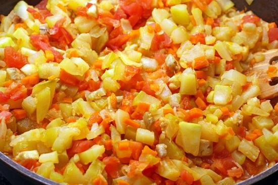 овощи слегка зарумянятся, выложим к ним томаты