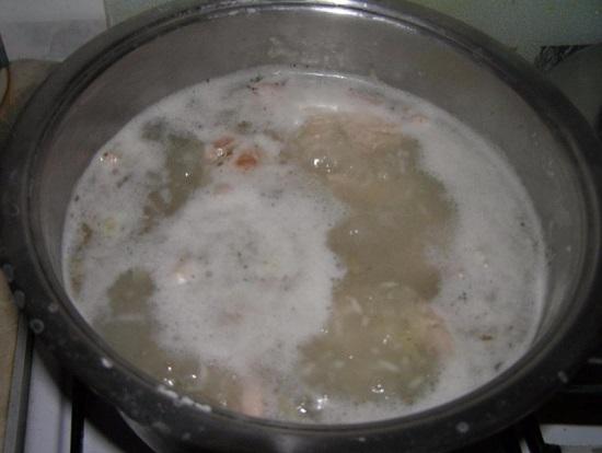 Доводим суп до кипения и добавляем хмели-сунели