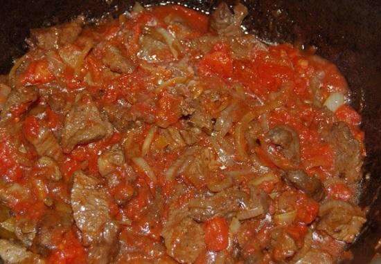 Добавим томатный соус в казан и перемешаем