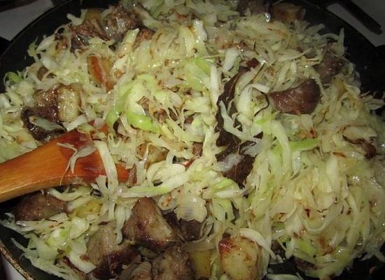 добавим в сковороду капусту и 2-3 ст. л.