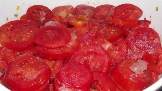 Выкладываем помидоры и перцы в казан
