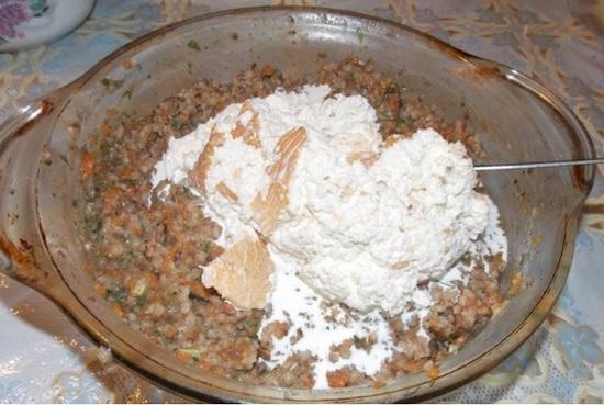 Добавим яйца, хлеб, соль и специи
