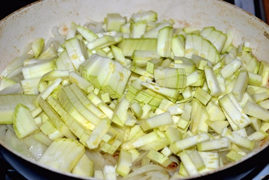 Выкладываем измельченные кабачки в сковороду и обжариваем