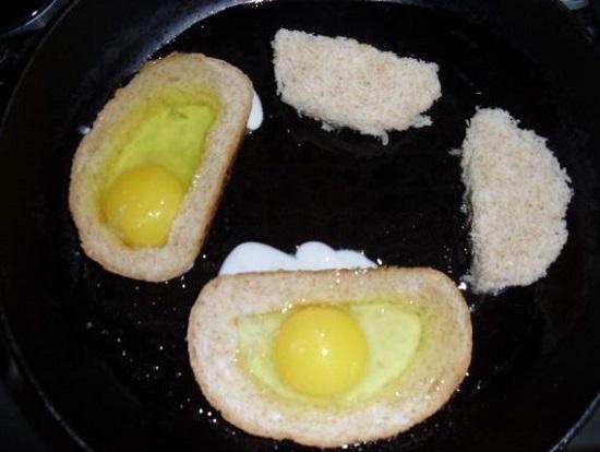 Выкладываем в сковороду корочки хлеба