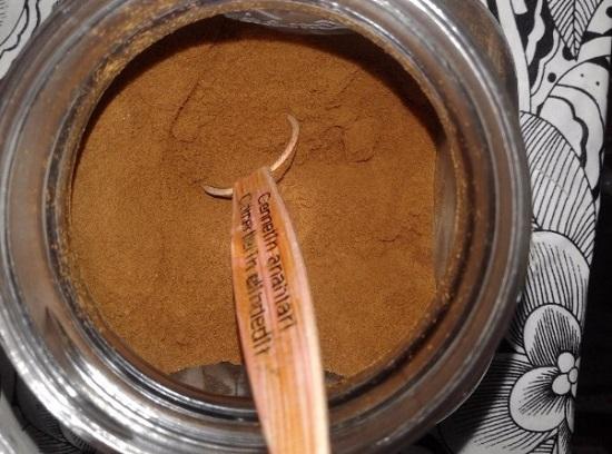 Отмеряем нужное количество молотого кофе