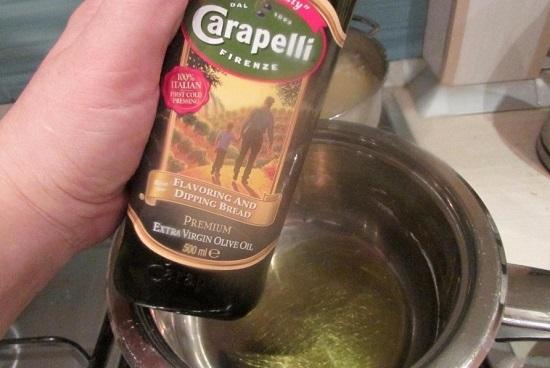 В сотейник наливаем оливковое рафинированное масло