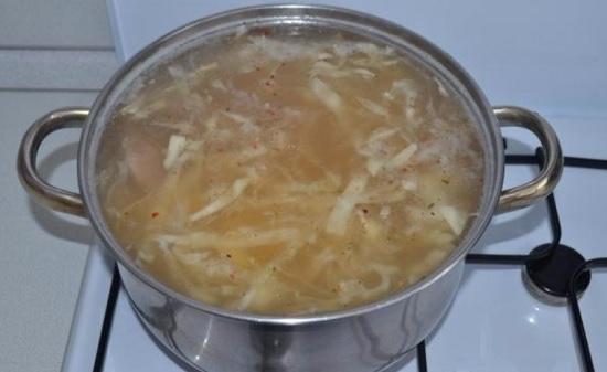 выкладываем в кастрюлю картофель, капусту и рис