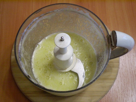 Добавим воду, соль и взобьем кабачки в пюре