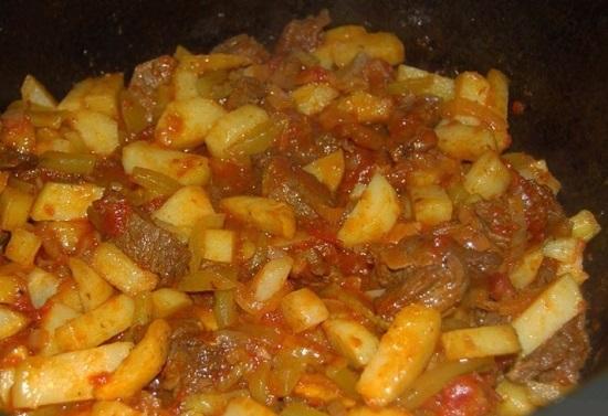 добавить в казан жареный картофель и перемешать