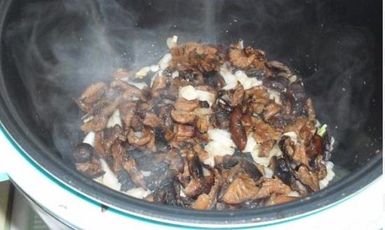 С грибов сольем воду и выложим их в сковороду