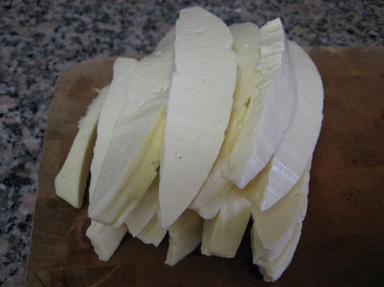 Нарезаем сыр, как показано на фото