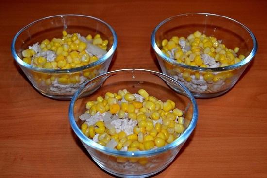 равномерным слоем выложим консервированную кукурузу